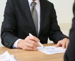 借金の悩みを相談する男