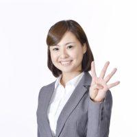 4つの賢い借金返済方法を示す女性
