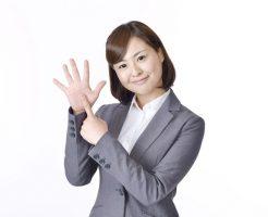 6つの賢い借金返済方法を示す女性