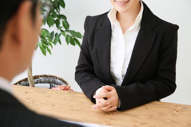 依頼人に方針を説明する弁護士